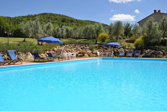 The pool in the garden of Casale del Madonnino