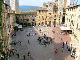 San Gimignano la piazza col pozzo